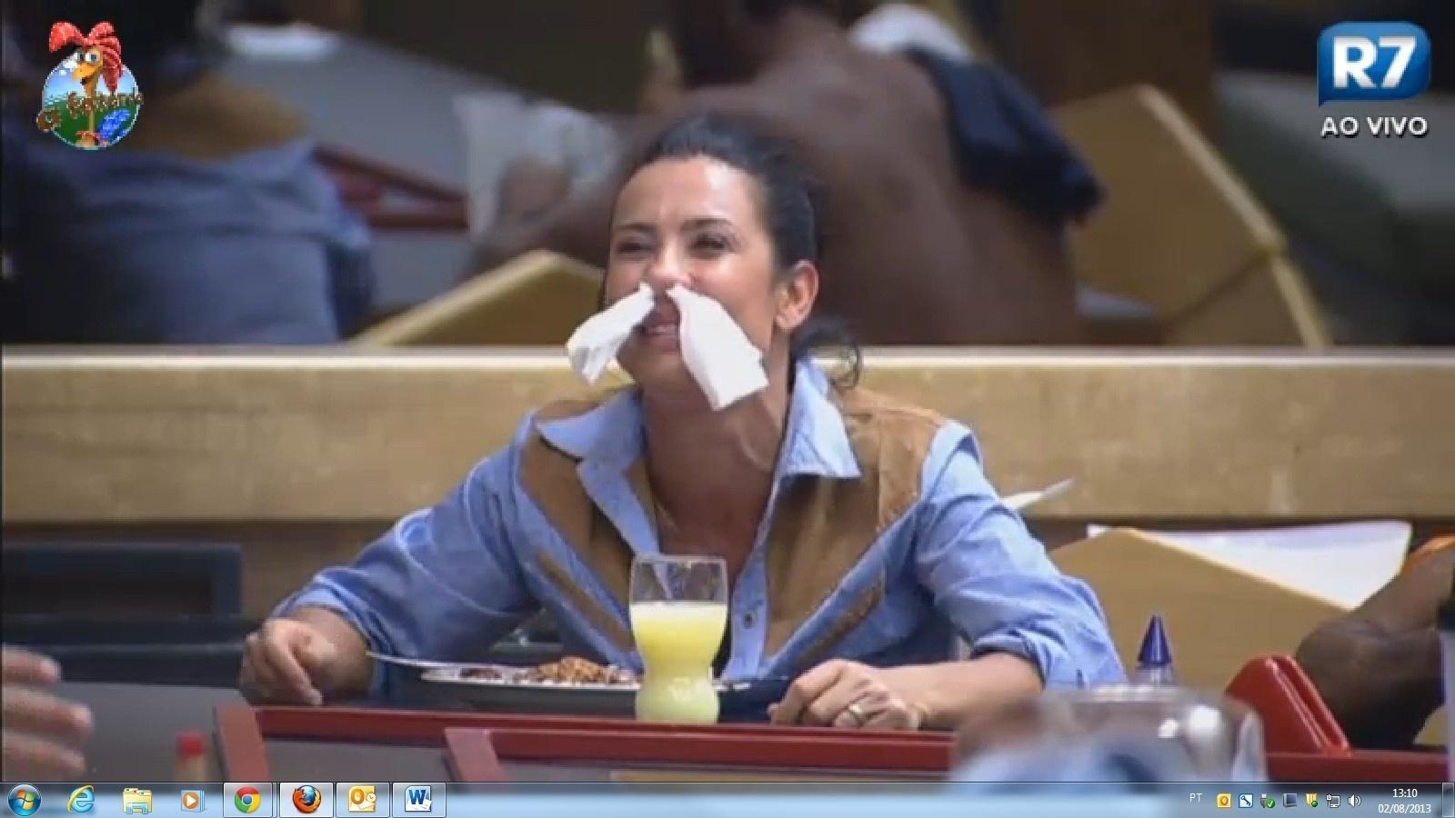 Scheila Carvalho não só fez careta como usou guardanapos para ornamentá-la