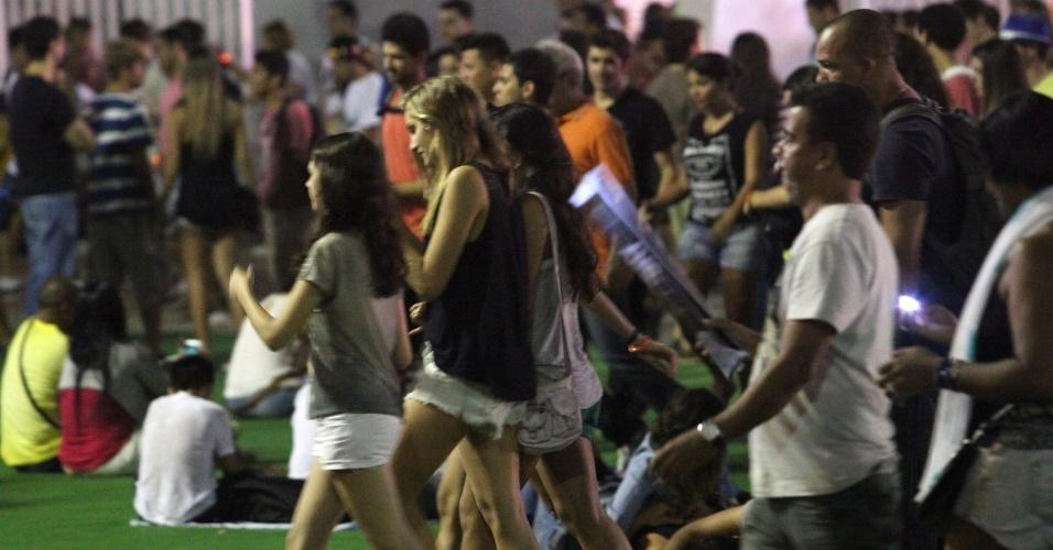 15.set.2013 - Sasha (de regata preta) curte o Rock in Rio com três amigas e passa despercebida no meio da multidão. A filha da Xuxa tinha apenas um segurança acomapanhando-a