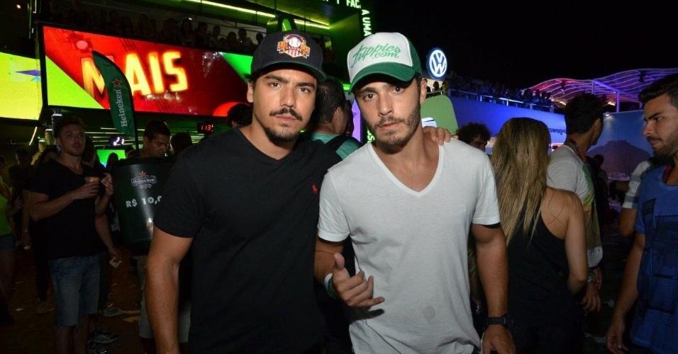 15.set.2013 - Tulio Dek e Thiago Rodrigues posam juntos em camarote VIP