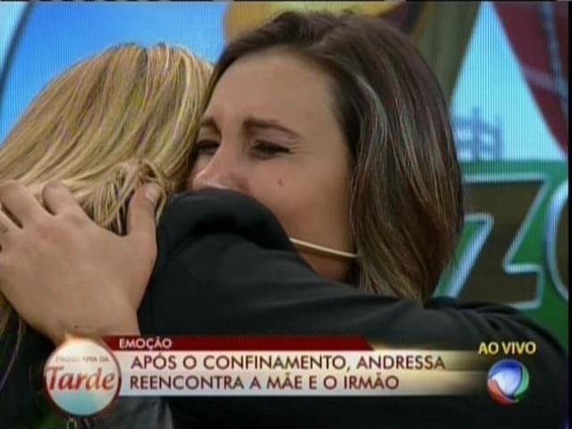 16.set.2013 - Andressa Urach reencontra família no palco do