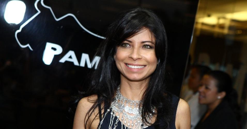 16.set.2013 - Aninha Lima, uma das coristas do Cabaré Pacheco Leão, chega para acompanhar a exibição do 1º capítulo da novela