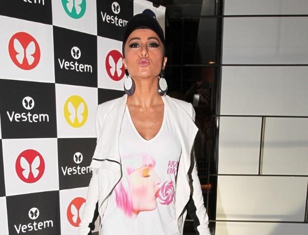16.set.2013 - De legging brilhosa, Sabrina Sato participa de evento de uma marca de roupas em São Paulo. A presença da humorista causou tumulto na entrada do restaurante japonês de seu irmão, na zona sul da cidade