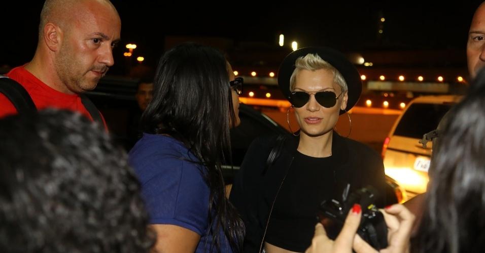 16.set.2013 - Jessie J tira fotos com fãs ao chegar ao Aeroporto Galeão, no Rio de Janeiro