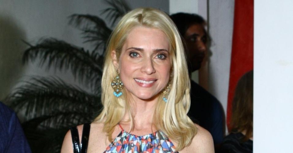 "16.set.2013 - Letícia Spiller chega para ver o primeiro capítulo da novela ""Joia Rara"" em churrascaria do Rio"