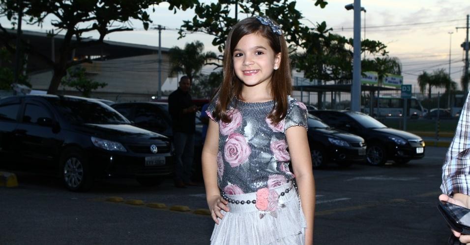 """16.set.2013 - Mel Maia, que faz o papel de Pérola, chega para assistir ao 1º capítulo de """"Joia Rara"""""""