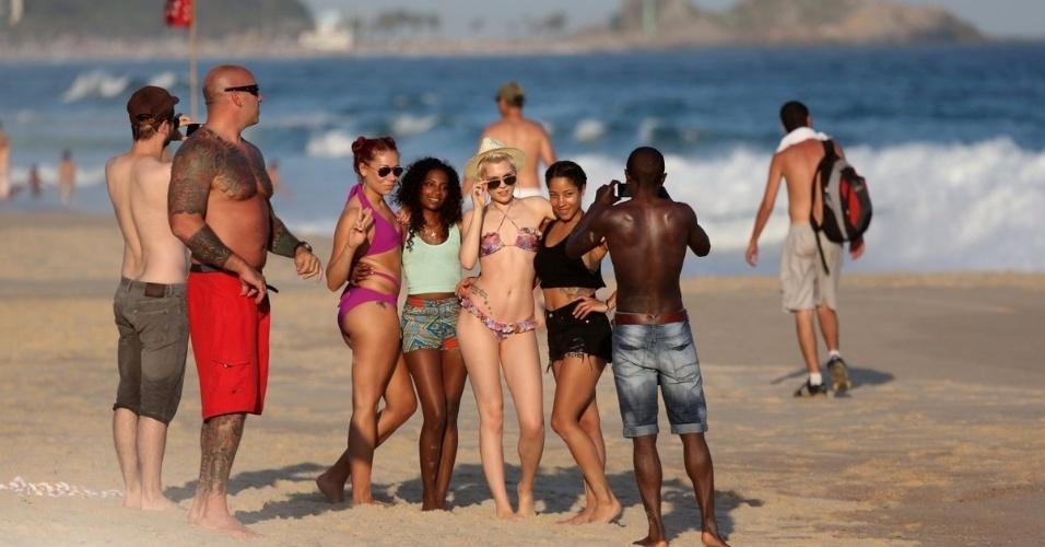 16.set.2013 - No dia seguinte à sua apresentação no Rock in Rio, Jessie J aproveita um dia de praia no Leblon, zona sul do Rio. A Cantora parou para tirar fotos e foi tietada por fãs