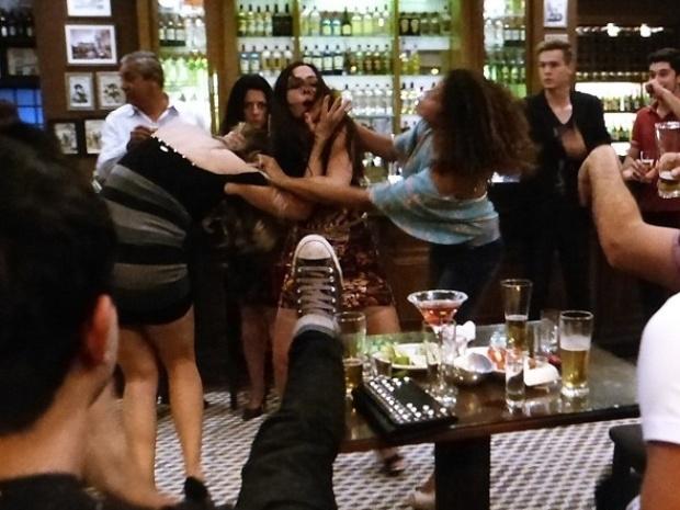 """Em """"Amor à Vida"""", Valdirene briga com Raquel no bar dos médicos"""