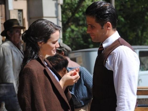 """Em """"Joia Rara"""", Amelia é atropelada por carro de Ernest e Franz a socorre"""