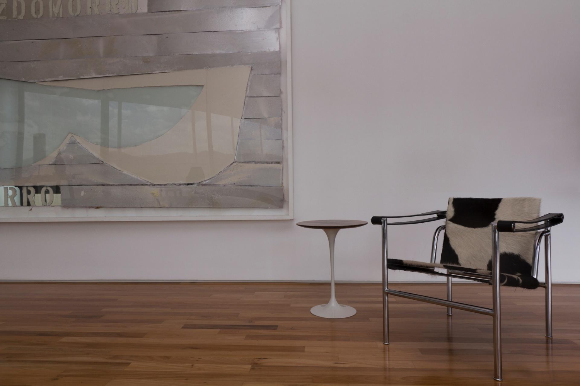 Em toda a Casa Galeria, a alvenaria e o forro de gesso levam pintura acrílica branca comum, a fim de destacar pinturas, esculturas e fotografias distribuídas pelas paredes. A tela
