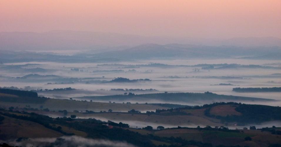 Vale que rodeia São Thomé das Letras aparece coberto de névoa em um amanhecer de inverno