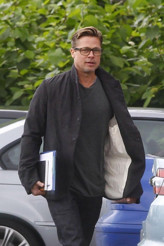 14.set.2013 - Brad Pitt exibe novo corte de cabelo enquanto caminha no set de seu novo filme, em Londres