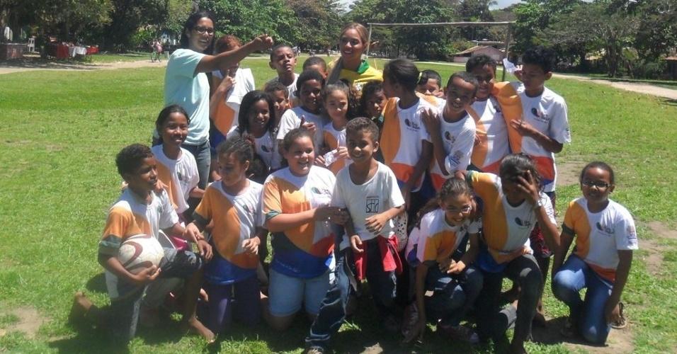 17.set.2013 - Beyoncé participa de partida de futebol com crianças em Trancoso, BA