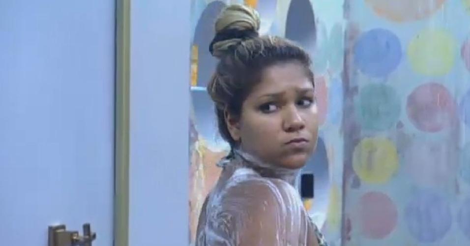 17.set.2013 - Depois de limpar a casa, Yani de Simone toma banho na manhã desta terça-feira