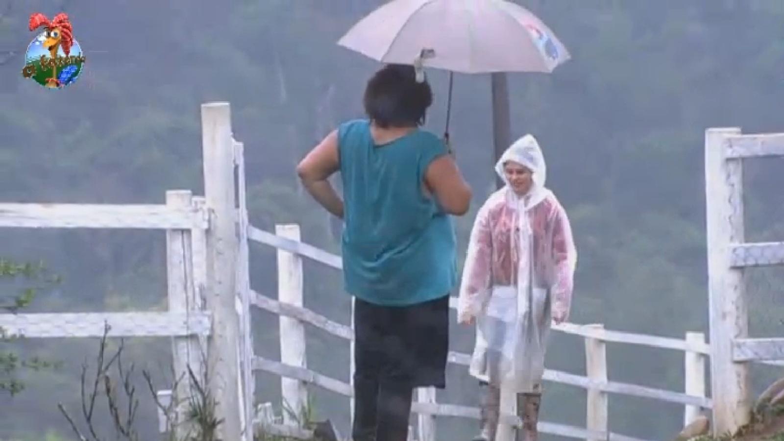 17.set.2013 - Gominho brinca com visual de Bárbara para a chuva e a chama de