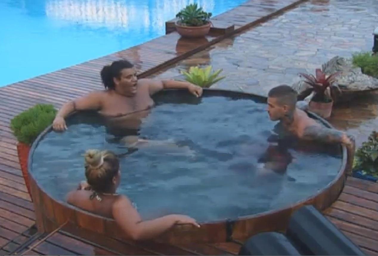 17.set.2013 - Gominho, Mateus e Mulher Filé na jacuzzi
