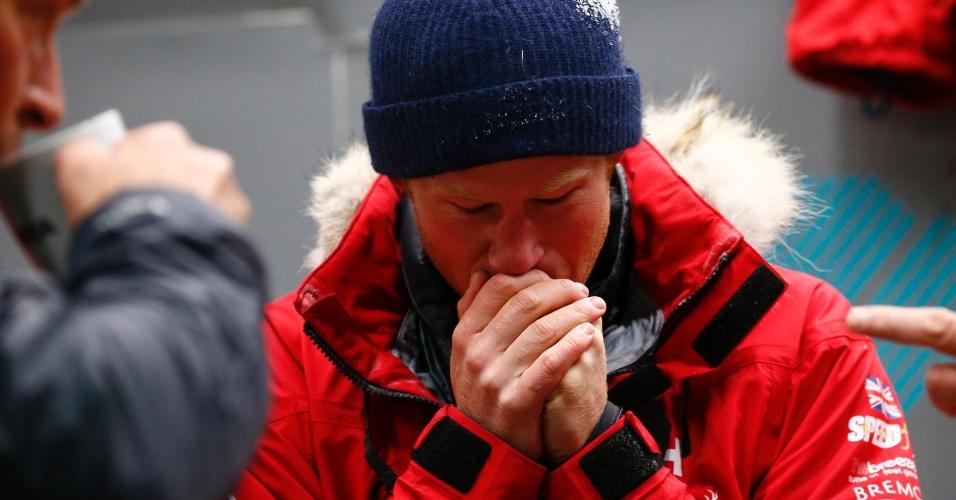 17.set.2013 - Príncipe Harry tenta esquentar as mãos após ficar 20 horas em uma câmara fria, com temperaturas de até 40 graus abaixo de zero, como parte do exercício de treinamento para expedição que fará para o Pólo Sul