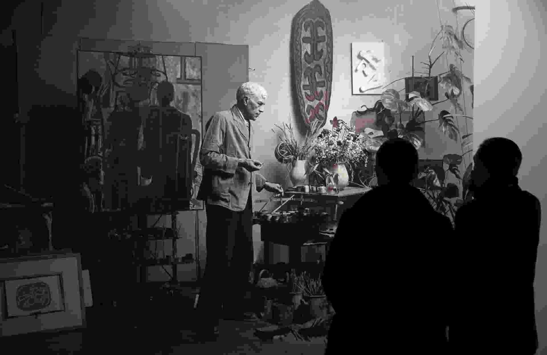 """17.set.2013 - Visitantes contemplam fotografia do artista francês Georges Braque na """"Retrospectiva de Georges Braque"""" no Museu Grand Palais de Paris - EFE/Christophe Karaba"""