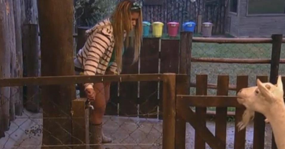 17.set.2013 - Yani de Simoni cuidou das cabras