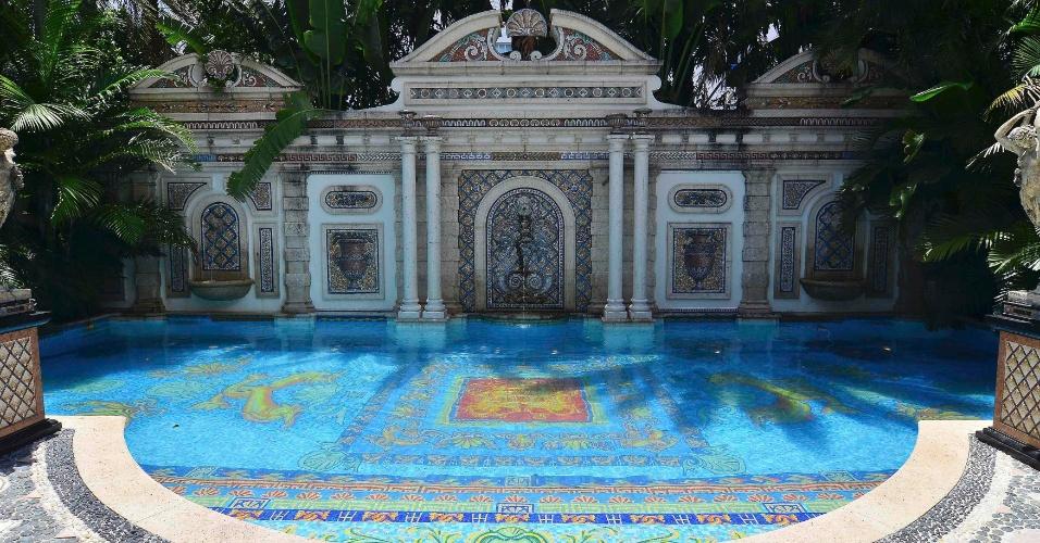 23.jul.2013 - Área da piscina da mansão Casa Casuarina, que pertenceu ao estilista italiano Gianni Versace, em Miami Beach. O estilista gastou 33 milhões de dólares renovando a casa