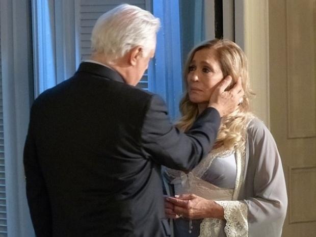 """Em """"Amor à Vida"""", César pede perdão à Pilar de joelhos"""