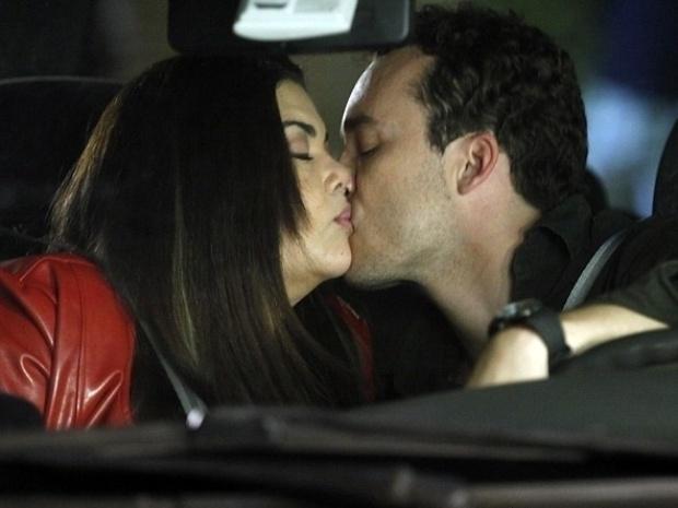 """Em """"Amor à Vida"""", Perséfone e Daniel trocam selinho sem querer"""