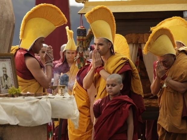 """Em """"Joia Rara"""", Ananda Rinpoche morre após receber presente de Franz"""