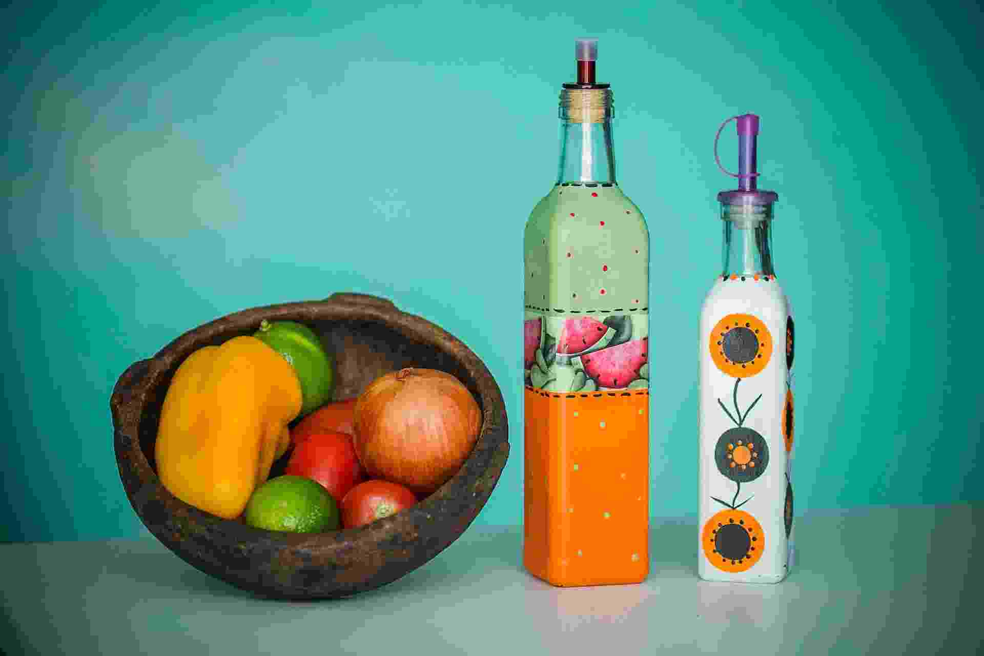 Em vez de jogar fora as garrafas de azeite e vinagre, que têm formatos diferentes, você pode personalizá-las como ensina a artesã, Cristina Mota. Veja como é simples - Leonardo Soares de Souza/ UOL