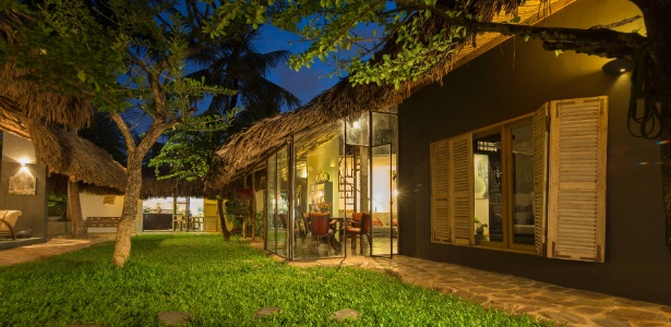 As portas de vidro e ferro que se abrem para o jardim foram feitas manualmente na fábrica do casal - Marcel Lam/ The New York Times