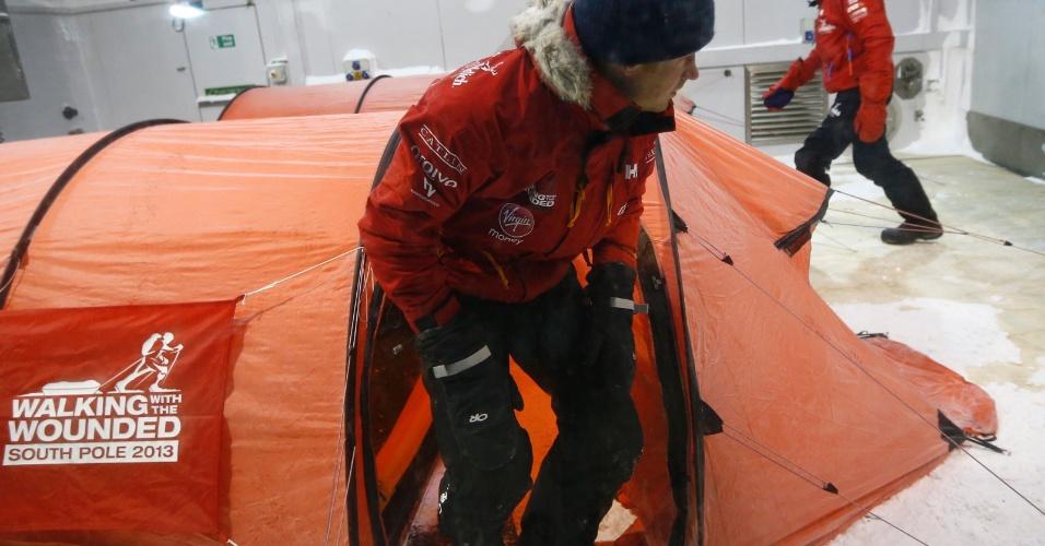 O príncipe Harry completou com sucesso as 20 horas que deveria passar em uma câmara fria --com temperaturas de até 40 graus abaixo de zero-- como parte dos preparativos para sua viagem beneficente ao Polo Sul