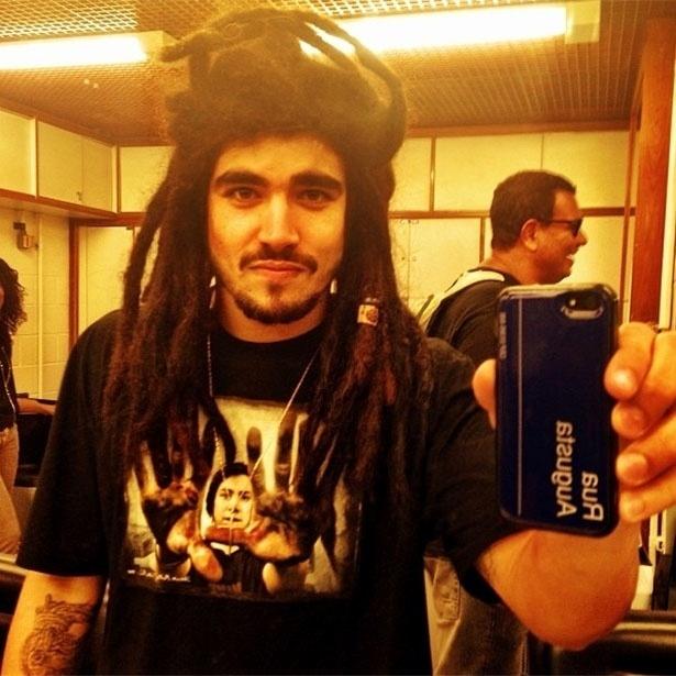 """17.set.2013 - Caio Castro usa peruca de dreads nos bastidores de """"Amor À Vida"""""""