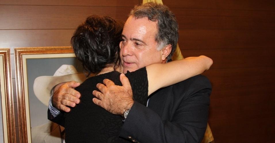 """17.set.2013 - Denise Fraga e Tony Ramos se abraçam durante a apresentação da série """"A Mulher do Prefeito"""", em São Paulo"""