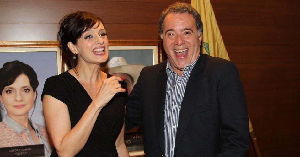 """17.set.2013 - Denise Fraga e Tony Ramos se divertem durante a apresentação da série """"A Mulher do Prefeito"""", em São Paulo"""