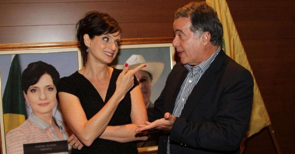 """17.set.2013 - Denise Fraga e Tony Ramos trocam gentilezas durante apresentação da série """"A Mulher do Prefeito"""", em São Paulo"""