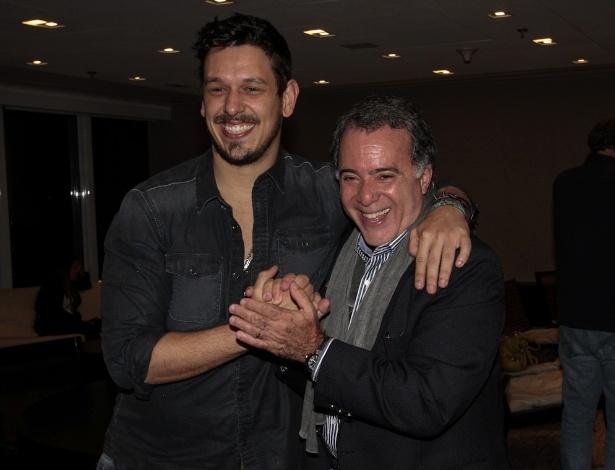 """17.set.2013 - João Vicente de Castro e Tony Ramos se divertem na apresentação da serie """"A Mulher do Prefeito"""", em São Paulo"""