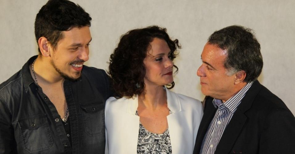 """17.set.2013 - João Vicente de Castro, Malu Galli e Tony Ramos posam para fotos durante coletiva sobre o seriado """"A Mulher do Prefeito"""", da Rede Globo"""