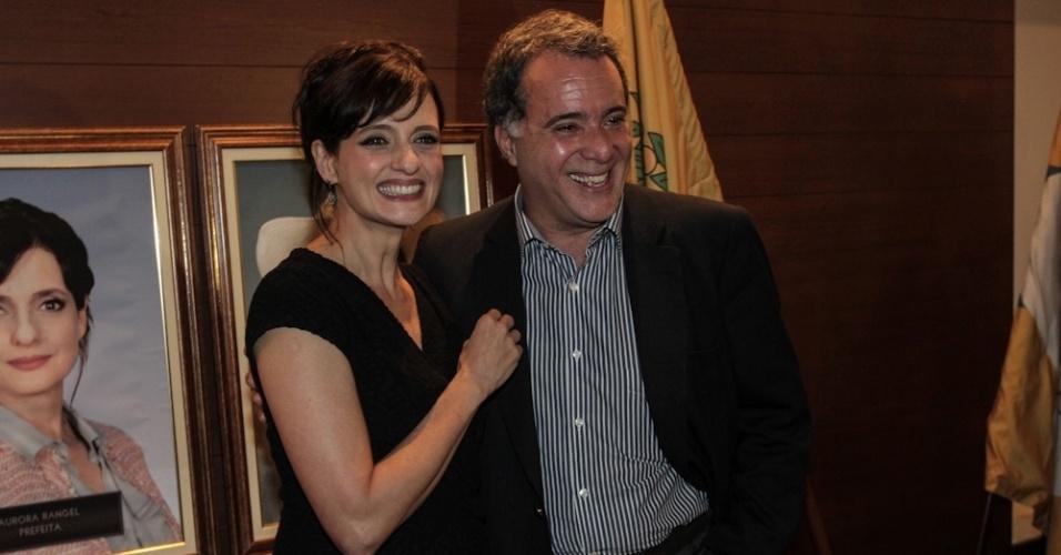 """17.set.2013 - Os atores Denise Fraga e Tony Ramos sorriem para fotos na apresentação da série """"A Mulher do Prefeito"""", em São Paulo"""
