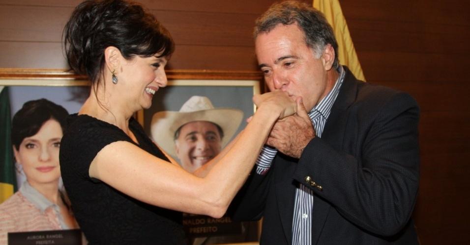 """17.set.2013 - Tony Ramos beija a mão de Denise Fraga durante a apresentação da série """"A Mulher do Prefeito"""", em São Paulo"""