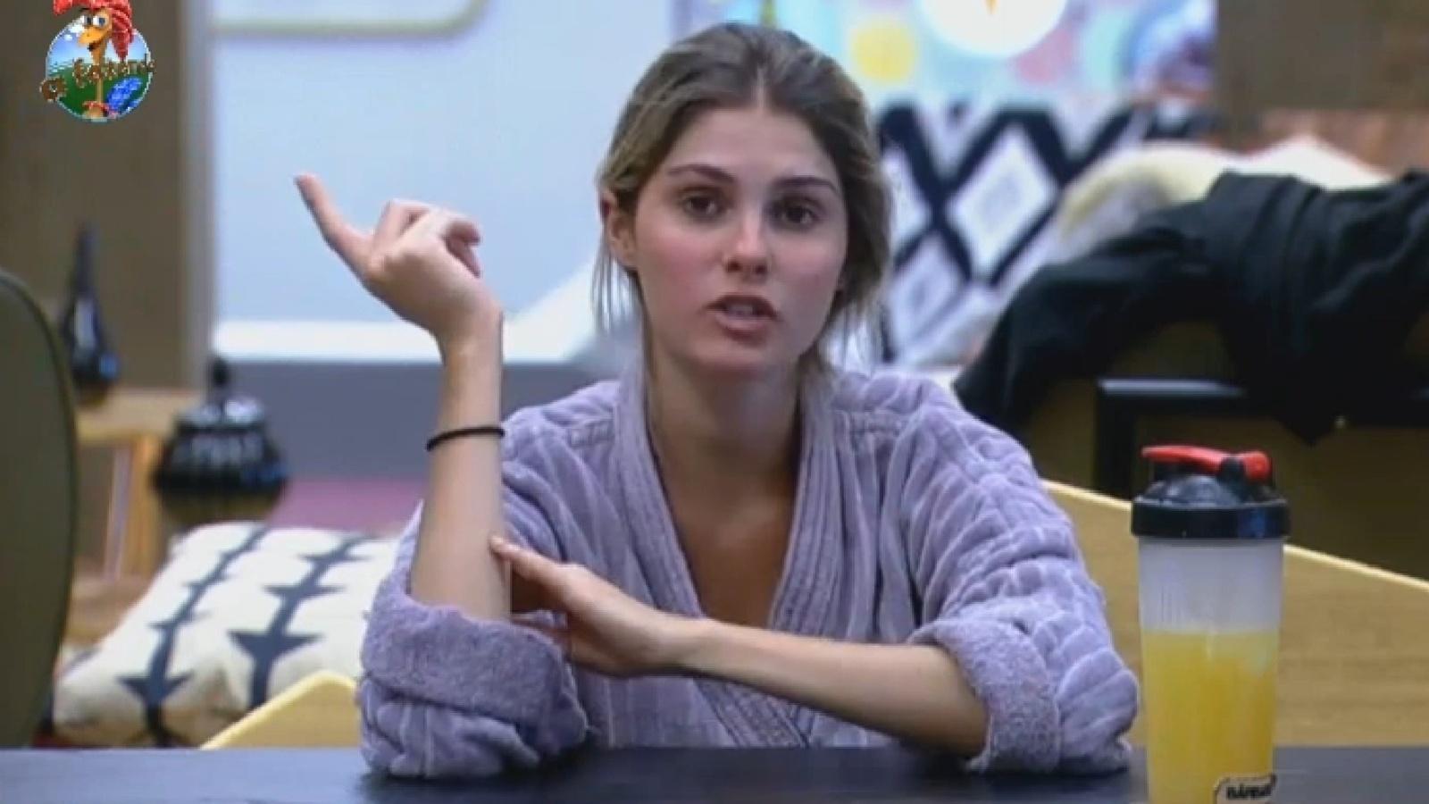 18.set.2013 - Bárbara Evans conta que levou tombo ao tentar fugir do avestruz