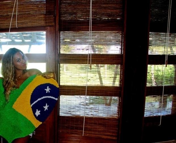 """18.set.2013 - Beyoncé divulgou uma imagem onde aparece segurando um tapete com a estampa da bandeira do Brasil. """"Obrigada, Brasil"""", escreveu a cantora que recentemente passou com sua turnê pelo país"""