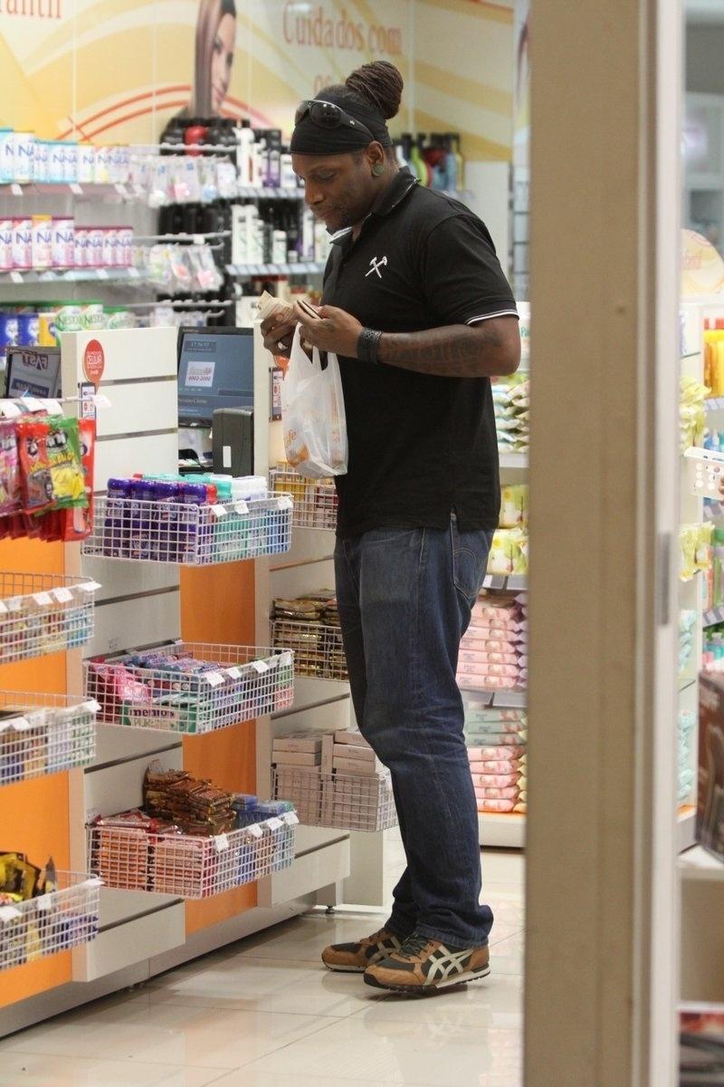 18.set.2013 - Derrick Green, vocalista da banda Sepultura, fez compras em uma farmácia no Rio. O músico está no Brasil onde se apresentará no Rock in Rio nesta quinta (19)
