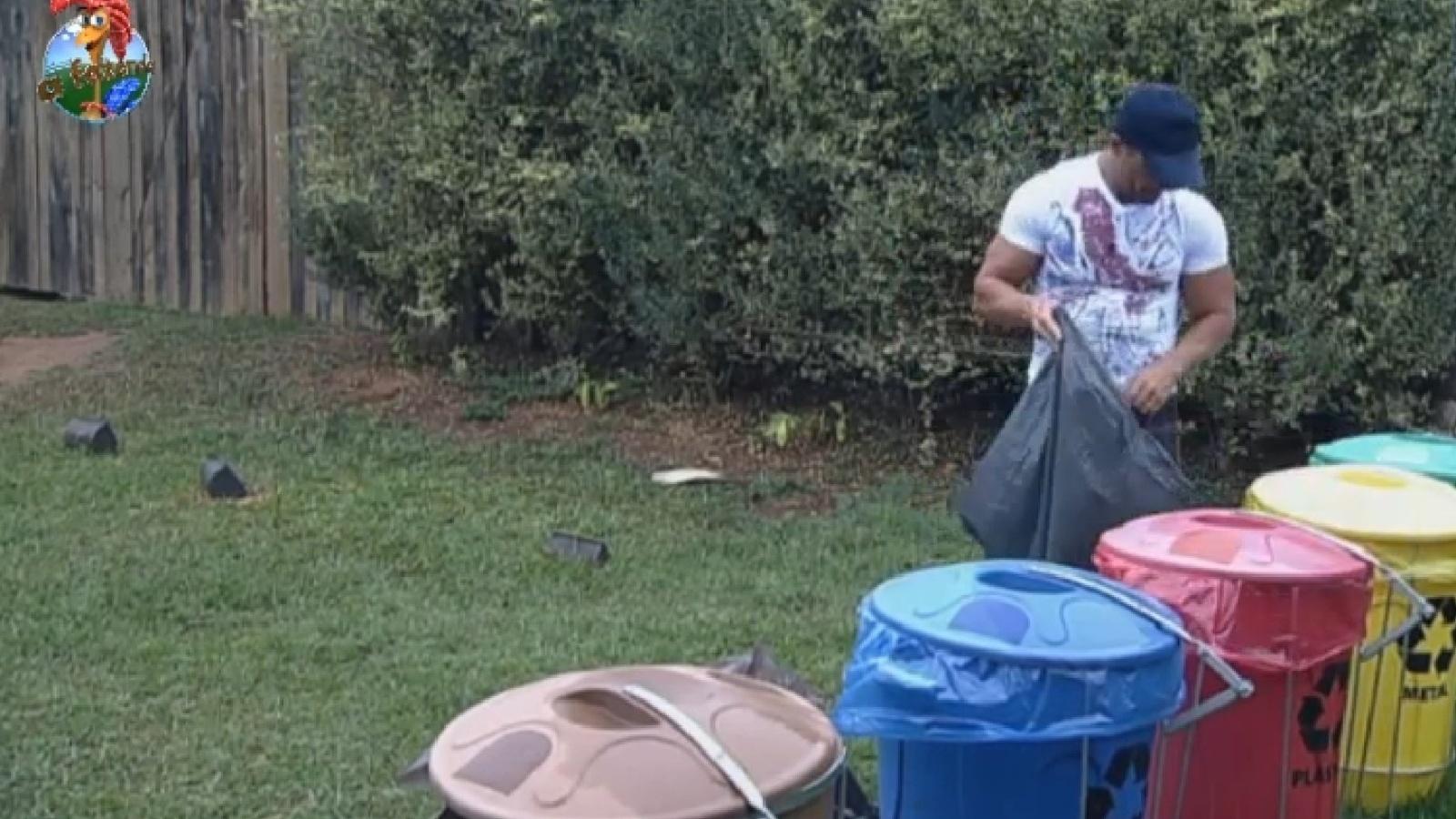 18.set.2013 - Marcos Oliver separa o lixo reciclável na manhã desta quarta-feira