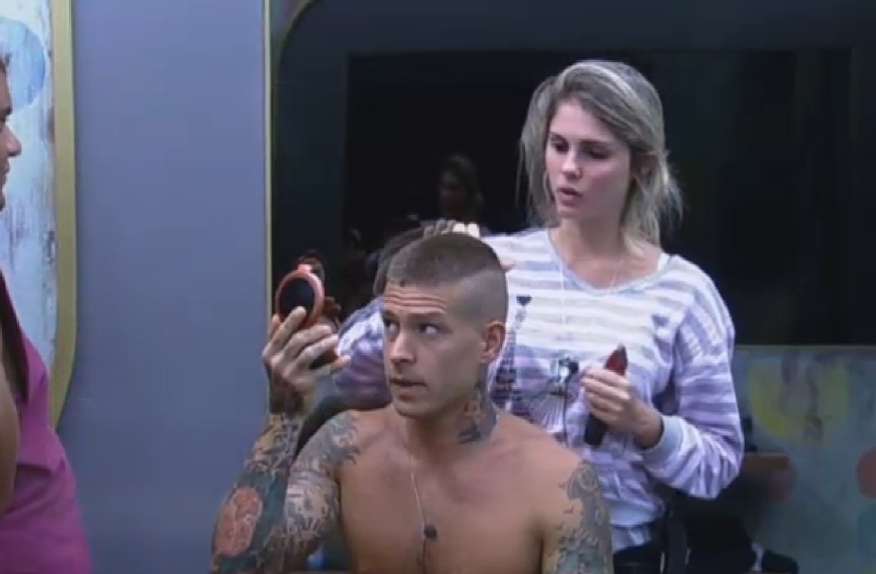 18.set.2013 - Mateus pede ajuda de Bárbara para terminar de cortar o cabelo