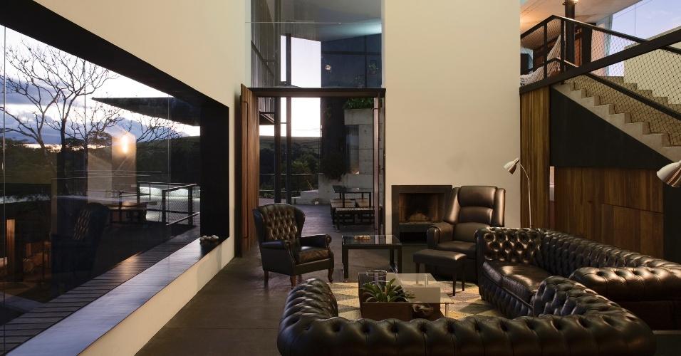 Com mobiliário sóbrio, a sala de estar tira partido do pé-direito cuja altura varia entre seis e oito metros. A casa no sítio Santo Antônio, em São Pedro (SP), foi projetada pelo arquiteto Eduardo de Oliveira Rosa