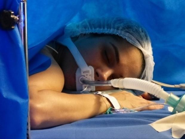 """Em """"Amor à Vida"""", sem sentir as pernas, Leila passa por cirurgia"""