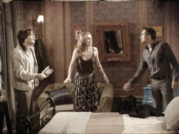 """Em """"Saramandaia"""", Rochinha descobre caso de Laura e Carlito e bate no rival"""