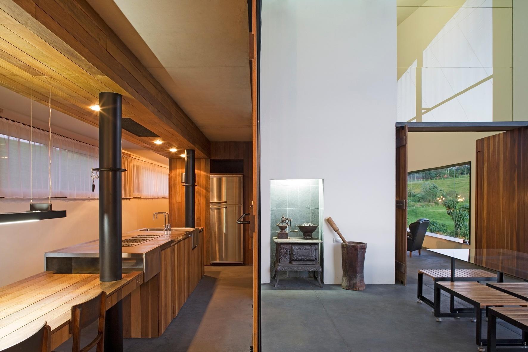 O ipê está presente em muitos ambientes da casa em São Pedro (SP) adicionando aconchego. Na cozinha, por exemplo, a madeira reveste vigas, é usada no mobiliário e, também nas portas. O projeto de arquitetura é de Eduardo de Oliveira Rosa