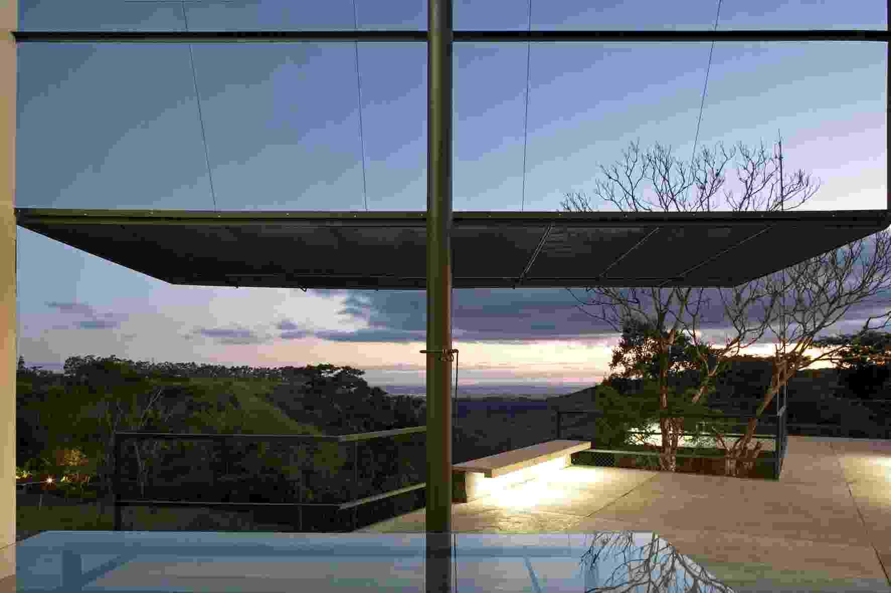Os grandes portões de tela abrem a casa para a varanda e o horizonte. A casa no sítio Santo Antônio, em São Pedro (SP), foi projetada pelo arquiteto Eduardo de Oliveira Rosa - Leonardo Finotti/ UOL