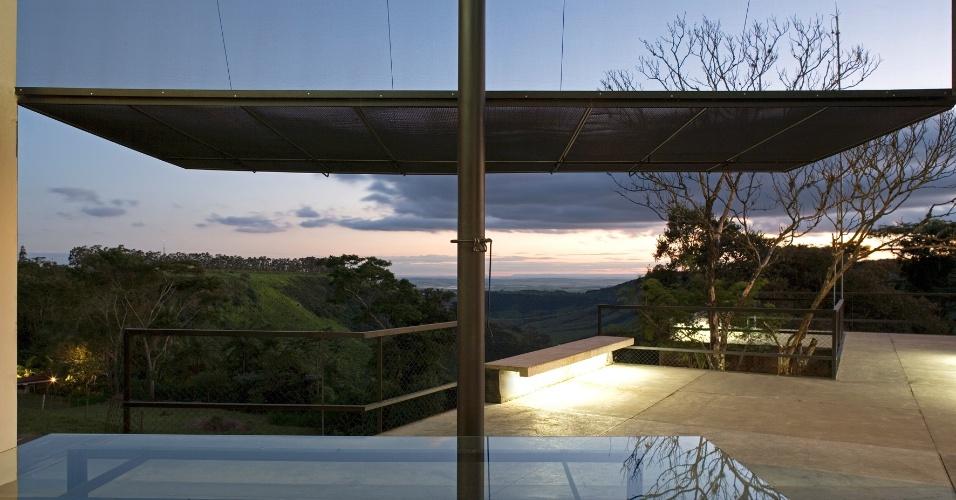 Os grandes portões de tela abrem a casa para a varanda e o horizonte. A casa no sítio Santo Antônio, em São Pedro (SP), foi projetada pelo arquiteto Eduardo de Oliveira Rosa