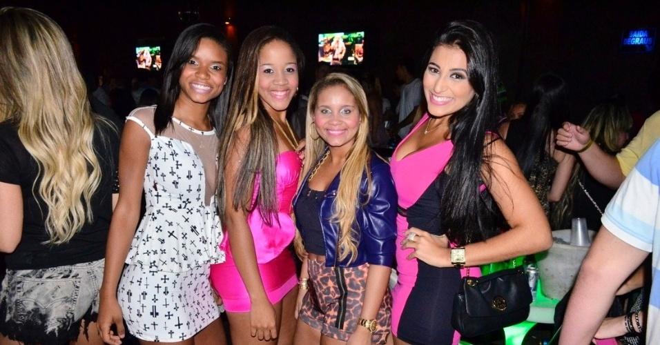 18.set.2013 - Katlyn, Taysa e Karol do Bonde das Maravilhas com a apresentadora Mariana Gouvea do canal Multishow.