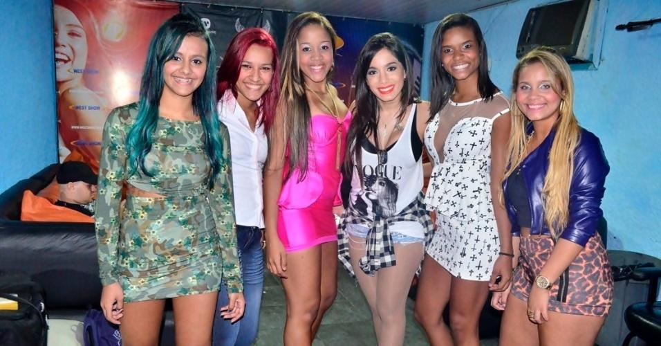 18.set.2013 - Anitta e o Bonde das Maravilhas no camarim.